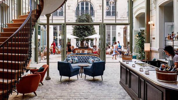 la-male-d-effeenne-fashion-week-paris-hoxton