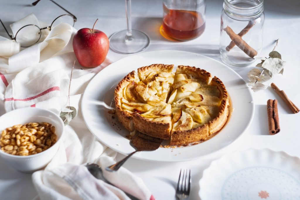 la-male-d-effeenne-normandie-post-cards-travel-food-souvenirs-memories-luggages-apple-pie-table